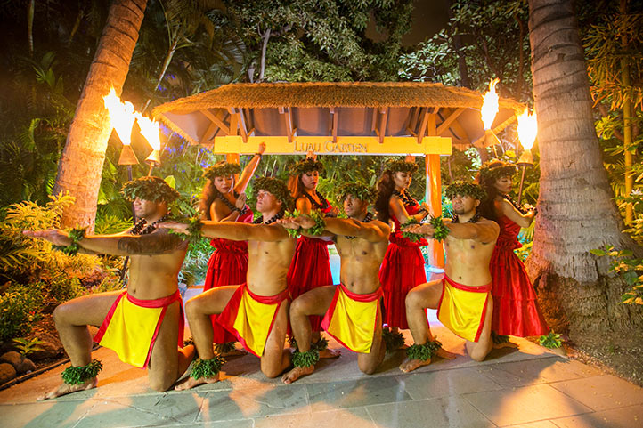 HKHweb_luau_entrance-dancers_722.jpg